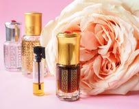 Nam geparfumeerde olie toe Arabisch parfum in miniflessen royalty-vrije stock foto's