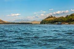 Nam Kahn River-mening van een kruisboot in Luang Prabang, Laos stock foto