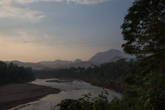 Nam Khan River nel primo mattino a Luang Prabang Immagini Stock Libere da Diritti