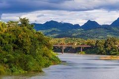 Nam Khan-rivier en ijzerbrug in Luang Prabang Laos stock foto's