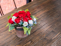 Nam kunstbloemen in de pot, op het houten bureau toe Stock Afbeelding