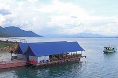 Nam Ngum岸的浮动餐馆  免版税库存照片