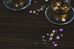Nam oosterse thee in transparante glaskoppen op donkere houten achtergrond toe stock foto
