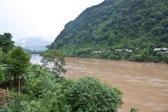 Nam Ou河在Nong Khiaw村庄 免版税库存图片