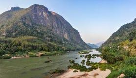 Nam Ou河看法在Nong Khiaw,老挝 库存图片