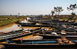 Boats lining up on the shore of Inle lake at the Nampan Market, Inle Lake, Shan State, Myanmar Stock Photos