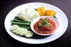 Nam Prik Aong (mergulho picante tailandês do norte da carne e do tomate) e vegetal descascado Fotos de Stock Royalty Free