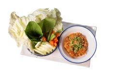 Nam Prik Aong Północny Tajlandzki mięso i Pomidorowy Korzenny upad na bielu zdjęcia stock