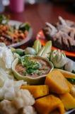 Nam Prik Pla To - immersion thaïlandaise de pâte de piment avec la chair de poissons de maquereau et les légumes frais image stock