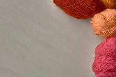 Nam, rode en oranje ballen van garen toe Royalty-vrije Stock Afbeeldingen