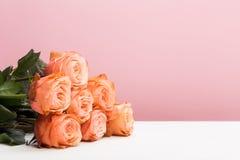 Nam rozen op roze toe, leg vlak stock afbeeldingen