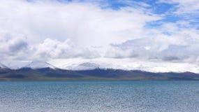 Nam sjö och snöberg royaltyfria bilder