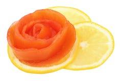 Nam van tomaat op een plak van citroen toe Stock Afbeeldingen