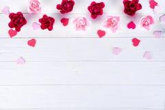 Nam vorm van zeep en rode harten op houten witte achtergrond voor tekst voor de dag van de valentijnskaart toe stock afbeelding