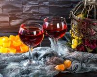 Nam wijn in glazen op donkere achtergrond toe Stock Fotografie