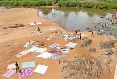NAMAPA,莫桑比克- 6个DESEMBER 2008年:未知的非洲妇女洗涤 免版税库存图片