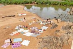 NAMAPA MOCAMBIQUE - 6 DESEMBER 2008: Okänd afrikansk kvinnawash Royaltyfria Bilder