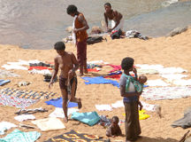 NAMAPA, MOZAMBIQUE - 6 DESEMBER 2008: Onbekende Afrikaanse vrouwenwas Stock Foto