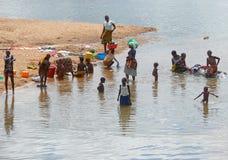 NAMAPA, MOZAMBIQUE - 6 DESEMBER 2008: Onbekende Afrikaanse vrouwenwas Stock Afbeelding