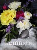 Namaste - Friedensliebe und -pfingstrosen lizenzfreie stockfotografie