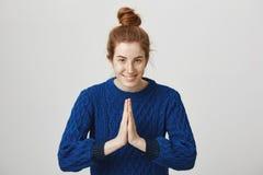 Namaste, kan de kracht met u zijn Studioschot van kalm en positief roodharigemeisje in broodje en de blauwe stokvoering van de de stock afbeeldingen