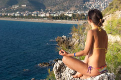 Namaste A menina senta-se na pedra branca na posição relaxado para a meditação e a concentração Foto de Stock Royalty Free