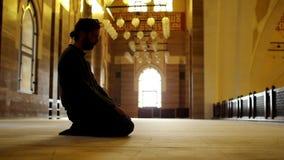 namaz: adoración musulmán del hombre en mezquita almacen de metraje de vídeo