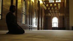 namaz: culto musulmano dell'uomo in moschea stock footage