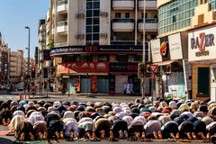 Namaz el viernes en las calles de Deira Rezo de los musulmanes Fotos de archivo libres de regalías