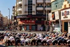 Namaz vendredi dans les rues de Deira Prière des musulmans Photos libres de droits