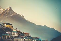 Namche义卖市场村庄和Thamserku日出视图  库存图片