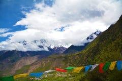 Namche barwy śnieżny halny szczyt z Tybetańskimi flaga Fotografia Royalty Free