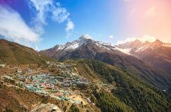 Namche-Basarvogelperspektive, Berg Thamserku, Everest-Wanderung, Himalaja, Nepal stockbild