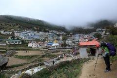 Namche bazzar sul modo al campo base di everest Parco nazionale di Sagarmatha Immagini Stock Libere da Diritti