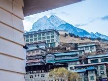 Namche, Nepal 04/12/2018: Ein schöner Schnee bedeckte Berg vom Nest-Gästehaus mit einer Kappe Stockbilder