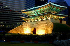 Namdaemun at night. Cultural asset number 1 in South Korea that was recently burnt down by an arsonist stock images