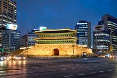 Namdaemun port Sungnyemun med stadstrafik, Seoul, Sydkorea arkivbilder