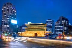 Namdaemun port Sungnyemun med stadstrafik, Seoul, Sydkorea arkivfoto
