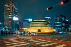 Namdaemun port Sungnyemun med stadstrafik, Seoul, Sydkorea fotografering för bildbyråer