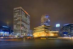 Namdaemun port Sungnyemun med stadstrafik, Seoul, Sydkorea royaltyfria bilder