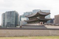 Namdaemunpoort en moderne gebouwen, Seoel, Korea Stock Afbeeldingen