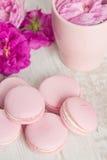 Namen de pastelkleur roze makarons met toe Stock Afbeeldingen