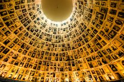 Namen en foto's van Holocaustslachtoffers in de Zaal van Yad Vashem's van Namen royalty-vrije stock fotografie