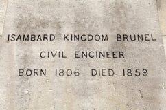 Namen-Plakette der Isambard-Königreich Brunel-Statue in London lizenzfreie stockfotos