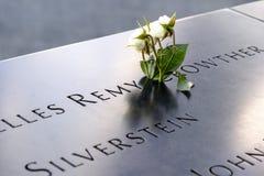 Namen und eine Rose an den 9/11 Denkmälern stockbilder