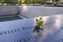 Namen und eine Rose am 9/11 Denkmal stockfotos