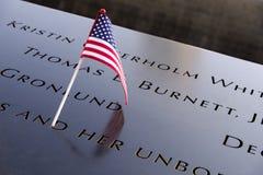 Namen und eine USA-Flagge an den 9/11 Denkmälern lizenzfreie stockbilder
