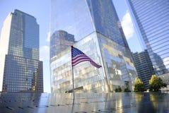 Namen und eine USA-Flagge an den 9/11 Denkmälern stockfoto