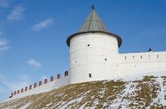 Namenloser runder Turm auf Hintergrund des blauen Himmels lizenzfreies stockbild