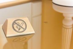 Nameplate z palenie zabronione podpisuje stół obrazy royalty free
